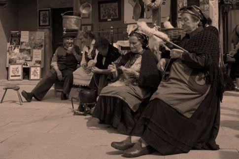 Mujeres de Arenas de Cabrales hilando la lana.