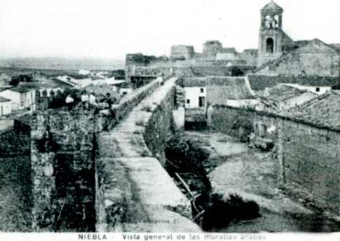 vista de las antigua murallas árabes de niebla
