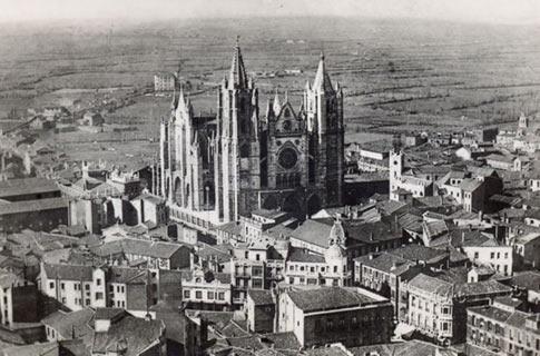 Antigua fotografía aérea de León