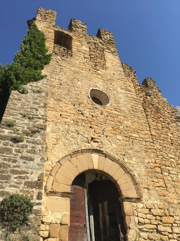 Vista desde abajo de las ruinas Iglesia de San Fructuoso en Aramunt.