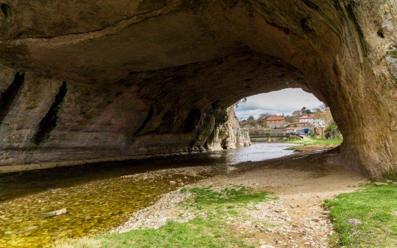 Interior del arco de Puentedey
