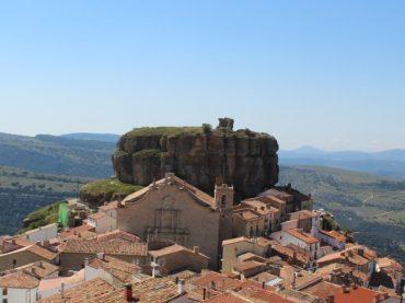Ares del Maestrat, el pueblo del Maestrazgo al que vigila una «muela»