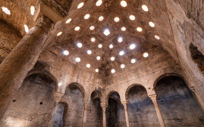 Luminosa bóveda del hamman de Granada