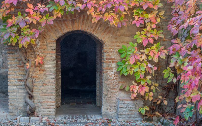 Puerta de acceso a los baños árabes El Bañuelo, próximos a la Alhambra, en Granada.