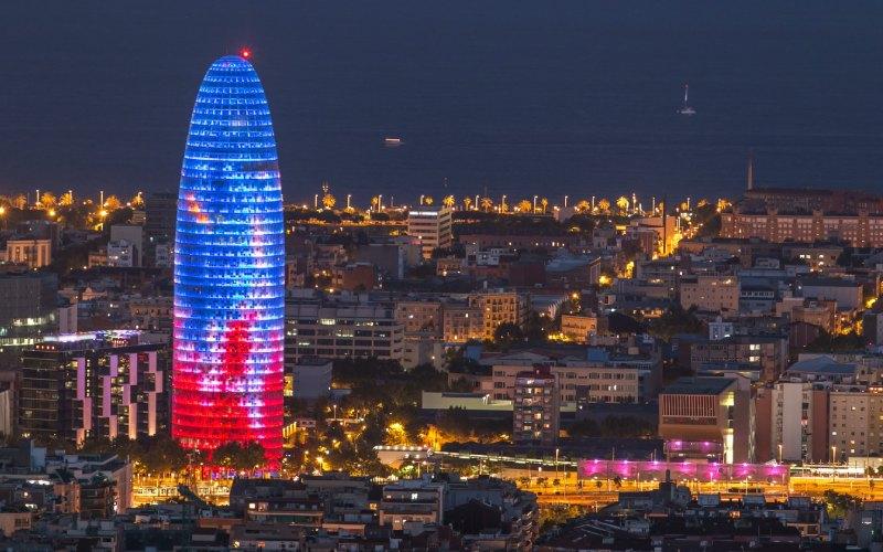 La Torre Glòries es especialmente bella de noche
