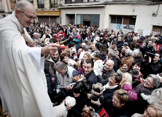 bendicion_de-animales-por-el-sacerdote-fiesta-de-san-anton-españa-fascinante