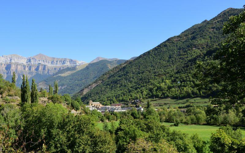 Vista de la localidad de Broto entre las montañas del Pirineo