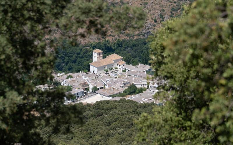 El pueblo de Bubión surgiendo entre las montañas