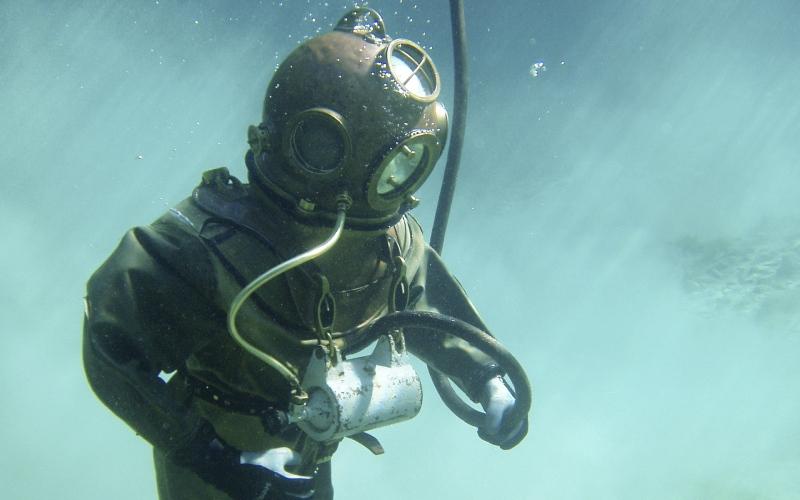 Imagen de un submarinista con un antiguo traje con escafandra rígida