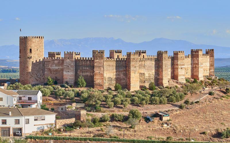 El castillo de Burgalimar con sus torres ortogonales