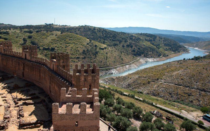 Panorama del lateral del castillo de Baños de la Encina que no da a la localidad