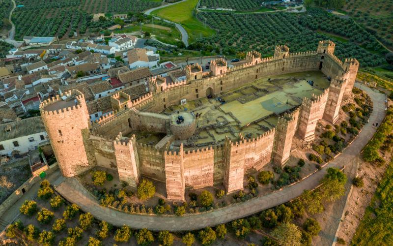 Vista aérea del castillo de Burgalimar, con su planta ovalada