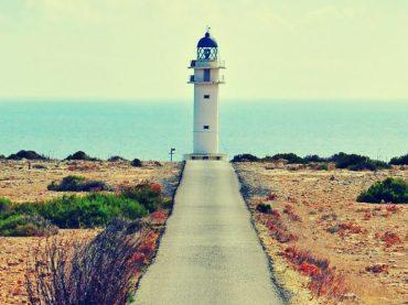El faro del Cabo de Barbaria, la luz más meridional del archipiélago balear