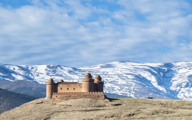 Castillo de Calahorra ante las montañas nevadas