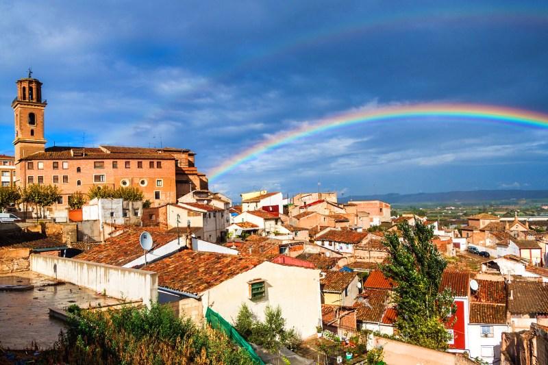 Vista con arcoiris de Calahorra, uno de los pueblos más antiguos de España