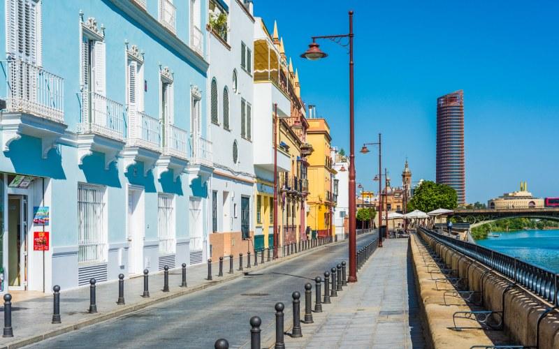 Vista panorámica de la calle Betis, en Sevilla
