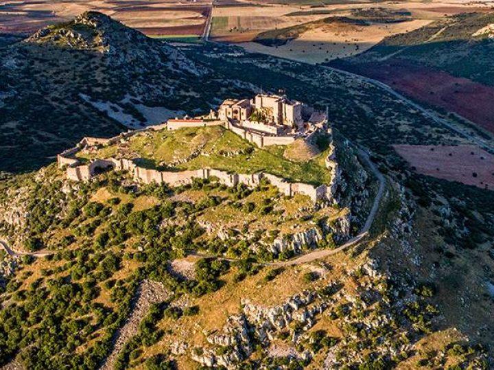 Calatrava la Nueva y Salvatierra, los castillos hermanos que se miran frente a frente