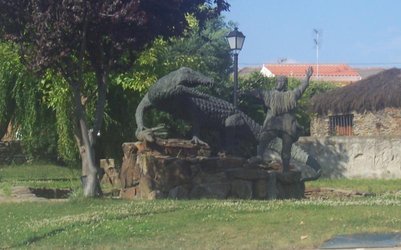 Representación escultórica de Colás enfrentándose al lagarto, en Calzadilla