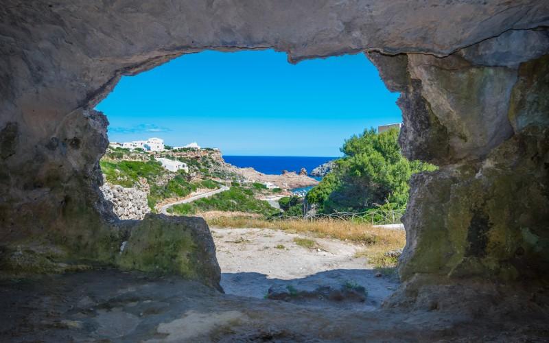 Cuevas frente a Cala Morell Menorca