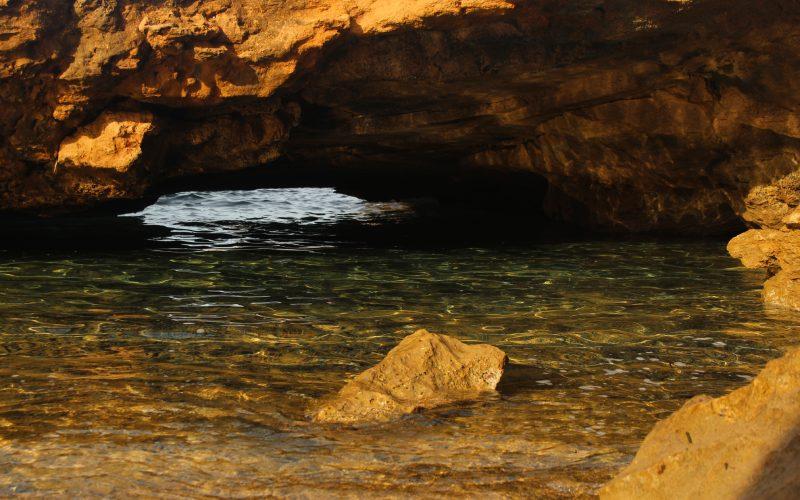 Entrada a una cueva en la playa de Binimel·là Menorca