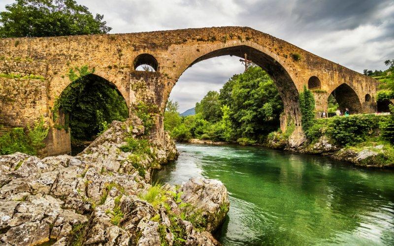 Detalle del Puente Romano de la localidad asturiana de Cangas de Onís, hogar de una cuélebre