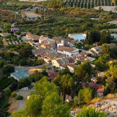 Carrícola, el diminuto pueblo sostenible dominado por un peculiar castillo árabe