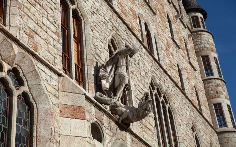 Estatua de San Jorge matando al dragón sobre la entrada de Casa Botines