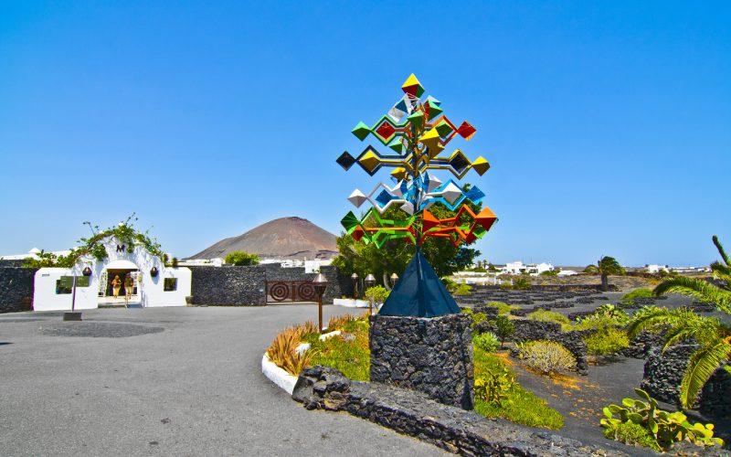 César Manrique creó la famosa escultura de viento de la entrada en 1987