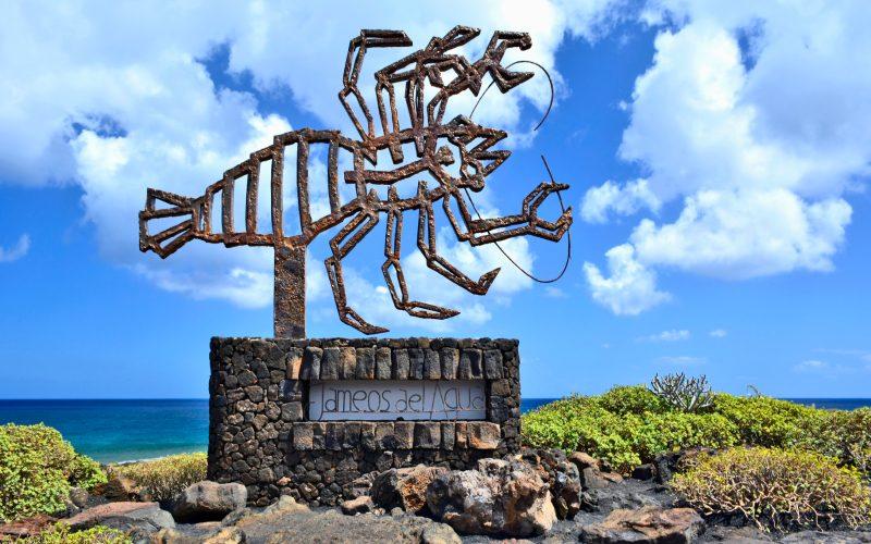 Una moderna escultura de cangrejo a la entrada del complejo subterráneo en roca de lava creada por César Manrique en los Jameos del Agua