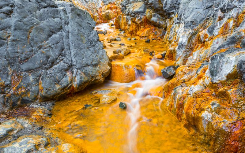 El naranja de las aguas da el ocre a la Cascada de los Colores