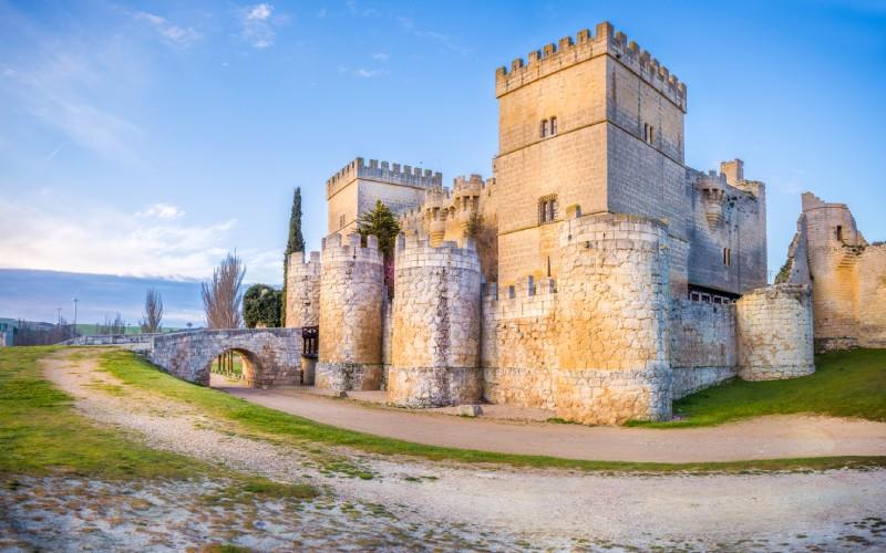 El castillo de Ampudia ofrece un aspecto regio