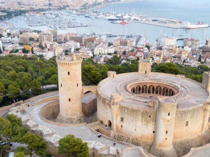El castillo de Bellver, la extraña fortaleza circular a orillas del Mediterráneo