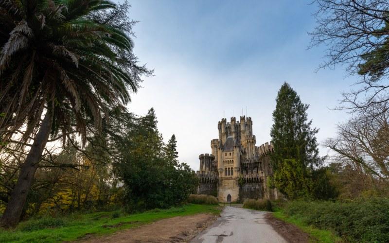 Entrada al castillo de Butrón, con palmeras