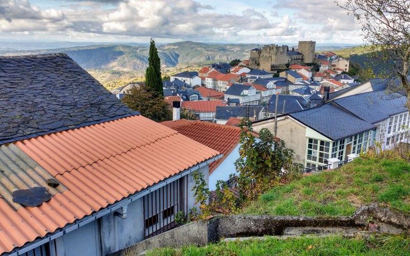 Castro Caldelas, con el castillo al fondo