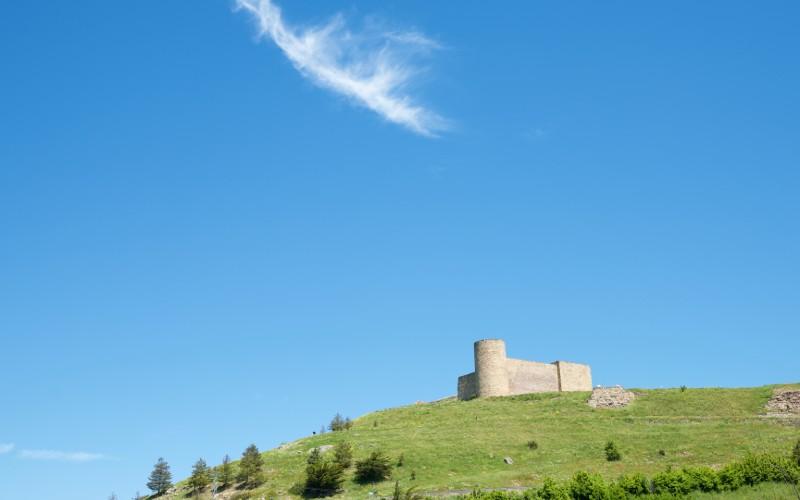 El castillo de Medinaceli descansa solitario vigilando la zona