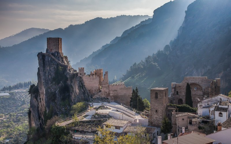 Vista del Castillo de La Iruela con las montañas de fondo