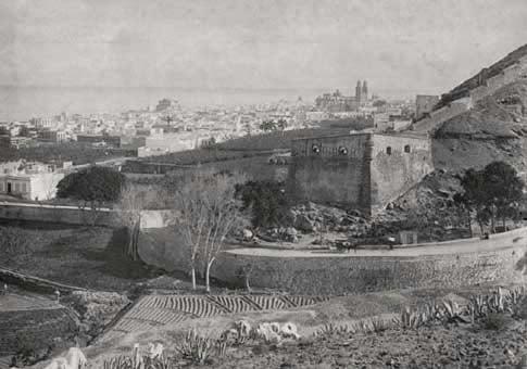 Foto antigua del Castillo de Mata y las murallas