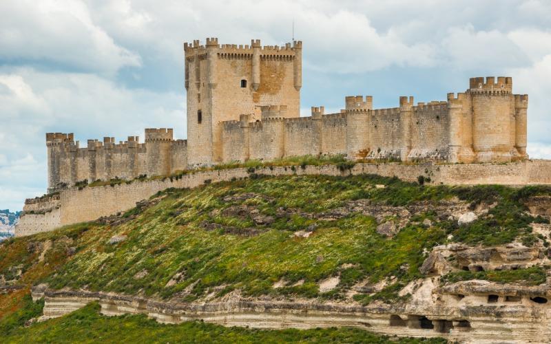 Castillo de Peñafiel con su particular forma alargada