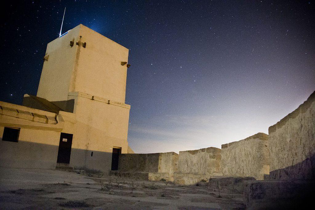Interior del castillo de Sancti Petri de noche