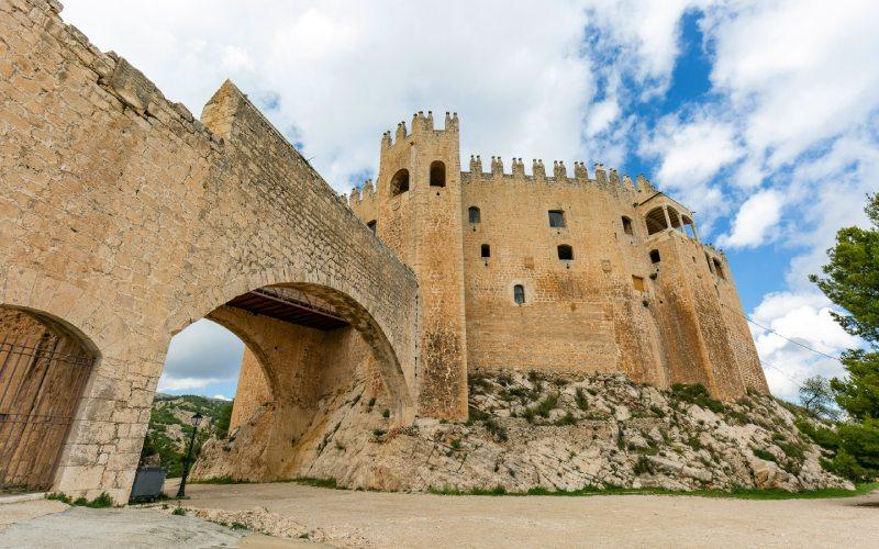 Entrada y arcos de acceso entre zonas del castillo de Vélez-Blanco
