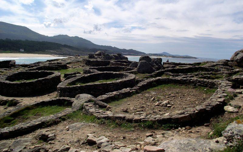 Restos de edificios en el castro de Baroña