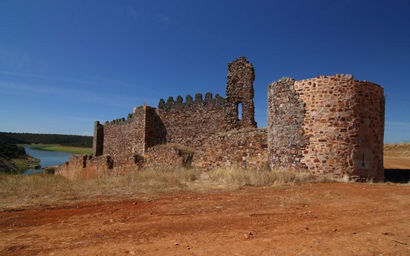 El castillo de Castrotorafe con el río Esla al fondo