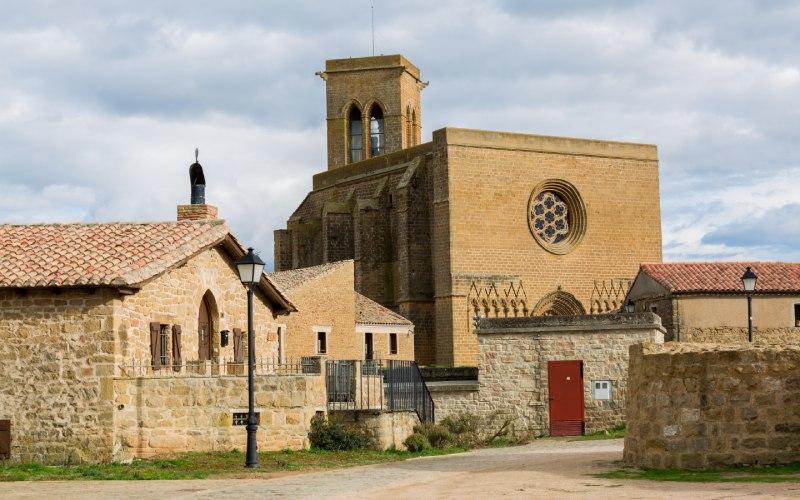 Iglesia de San Saturnino con su portada gótica