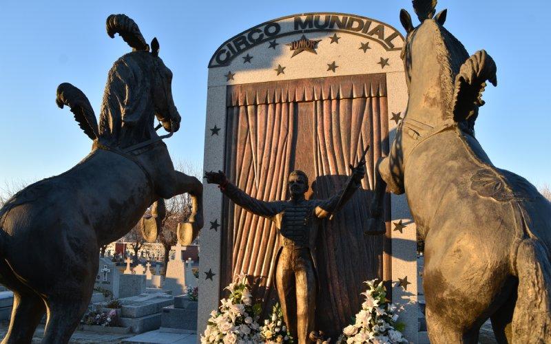 Escultura junto a la tumba de Junior