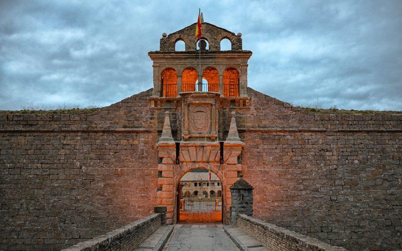 Entrada, puentes y espadaña de la ciudadela de Jaca o Castillo de San Pedro