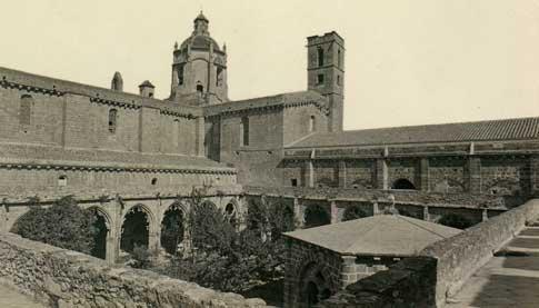 claustro santes creus foto antigua