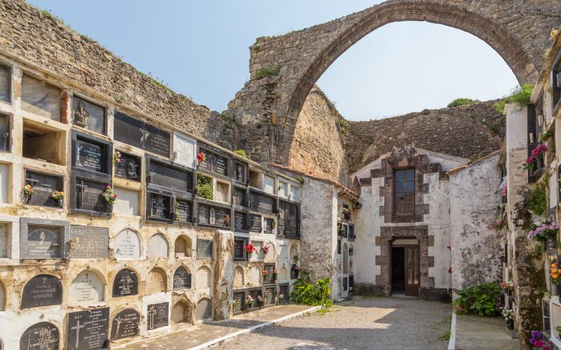 Interior cementerio gótico comillas
