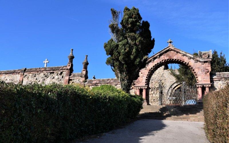 Fachada principal y acceso al cementerio gótico de comillas