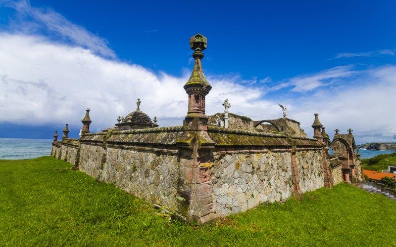 Muro del cementerio gótico de Comillas