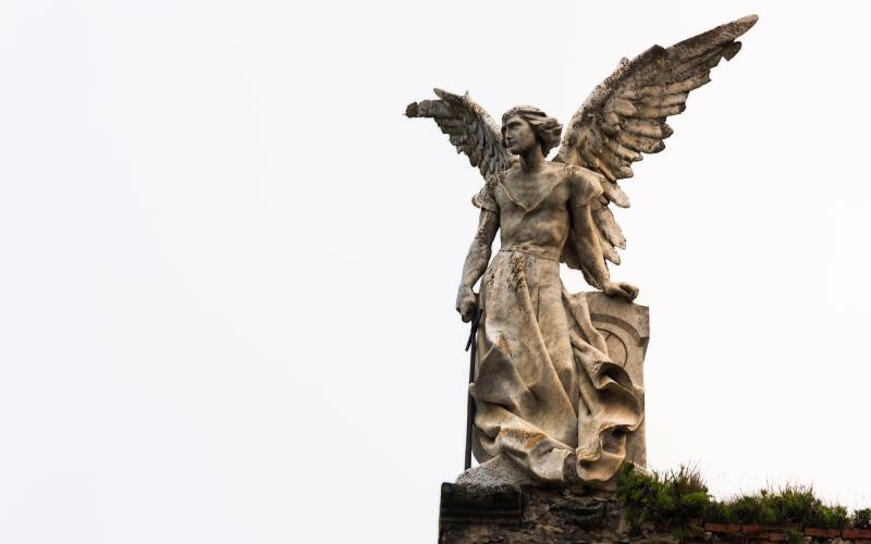 Ángel Exterminador de Llimona en el cementerio gótico de comillas